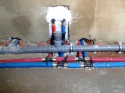 Прокладка канализации и воды в доме