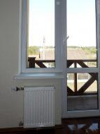 Стальной радиатор у балкона